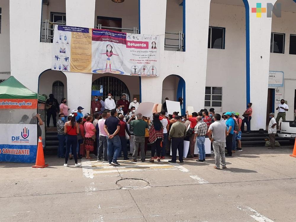 Se manifiestan dueños de bares y cantinas, piden les permitan abrir sus locales, en Martínez de la Torre