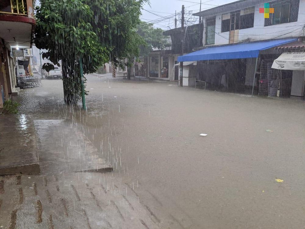 Zona centro del municipio de Jesús Carranza amanece bajo el agua
