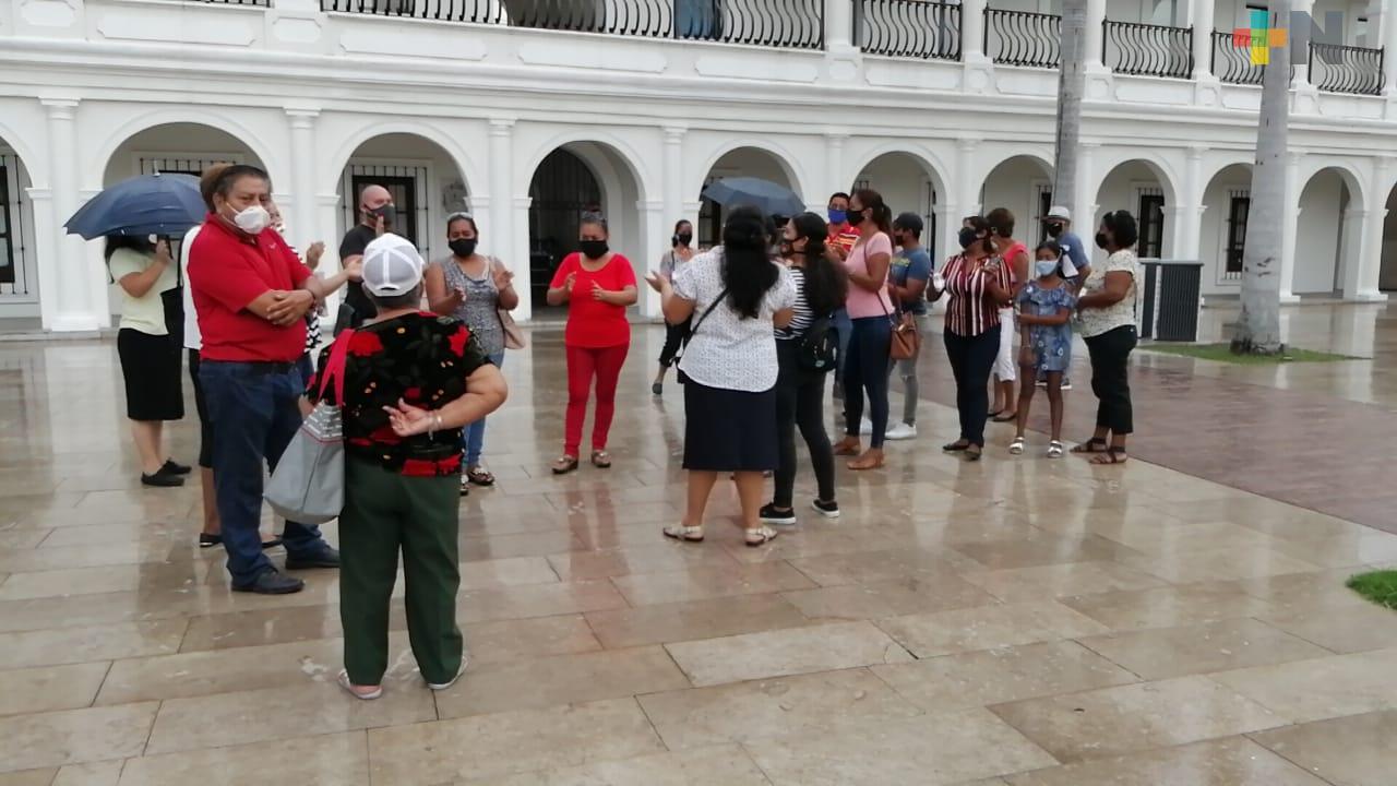 Colonos se manifiestan en palacio municipal de Boca del Río, tienen 12 días sin energía eléctrica