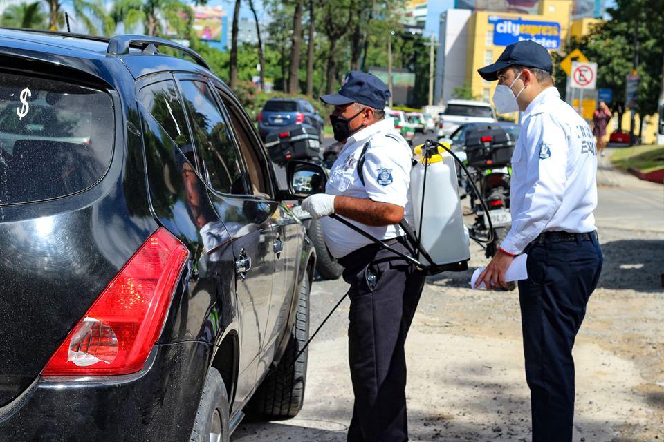 Delegación de Tránsito de Xalapa llevó a cabo desinfección de vehículos particulares y de transporte público