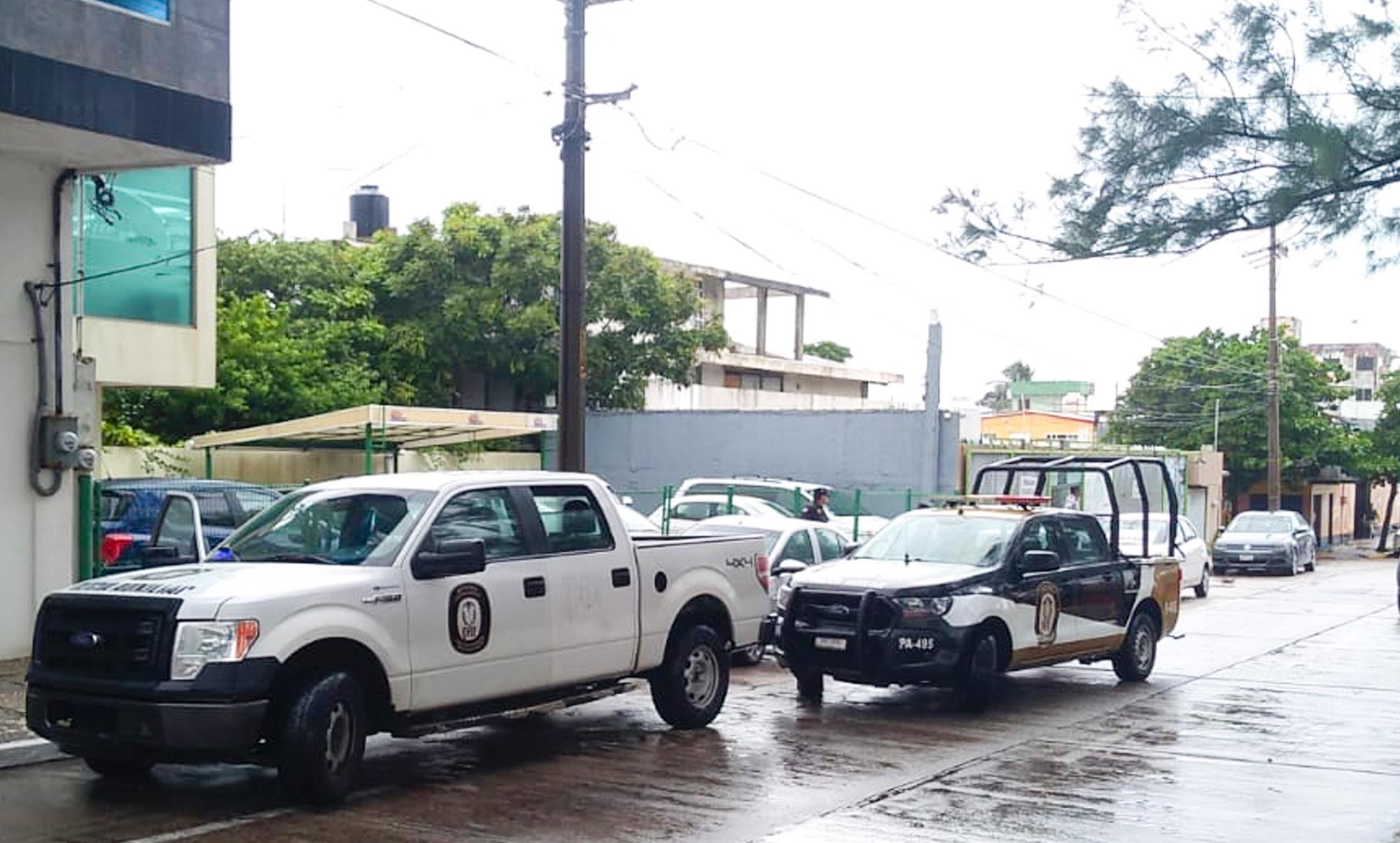 Elemento del IPAX evita asalto a féminas en conocida agencia de autos, en Coatzacoalcos