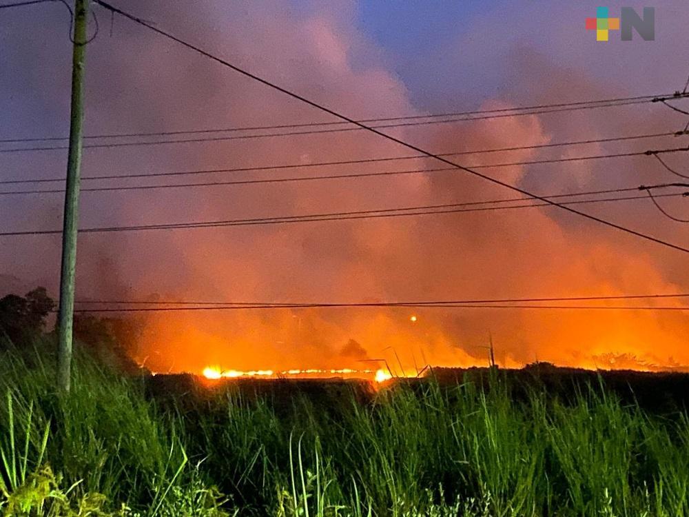 Aún sin controlar incendio en área asentada sobre ductos de Pemex en Minatitlán