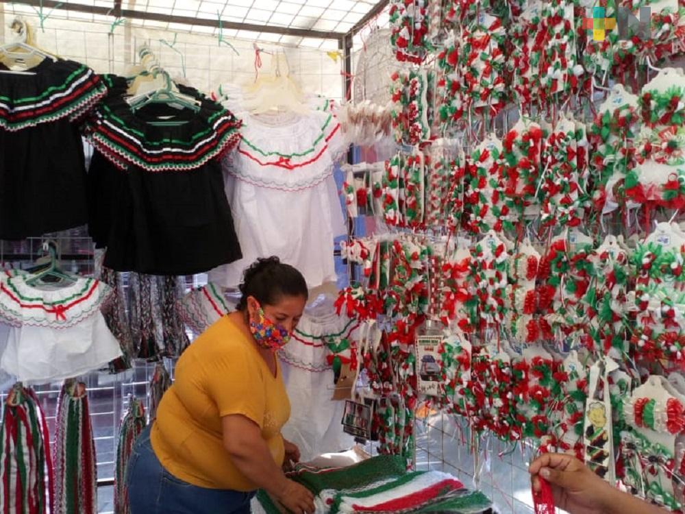 Comerciantes de artículos patrios se instalan en el primer cuadro del centro de Minatitlán