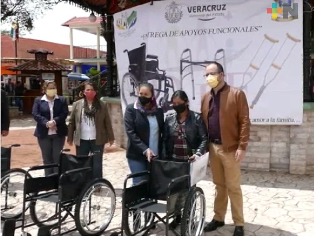 DIF estatal y sociedad civil entregan apoyos funcionales a personas con discapacidad en Huayacocotla