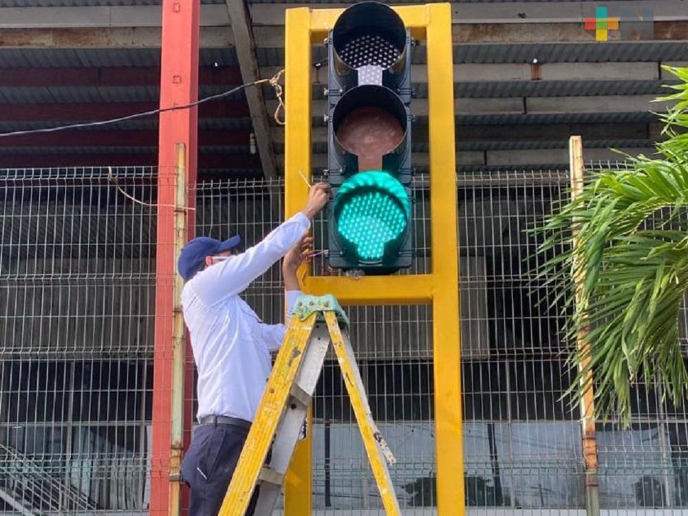Delegación de Tránsito inicia cambio de micas en semáforos de Coatzacoalcos