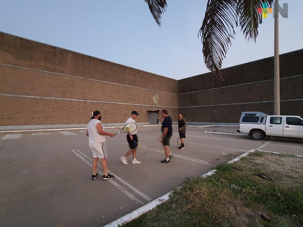 Por pandemia, deportistas practican frontón en supermercado abandonado de Coatzacoalcos