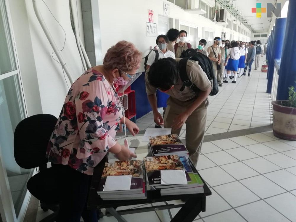 En Coatzacoalcos, bachillerato realiza entrega de libros gratuitos a estudiantes