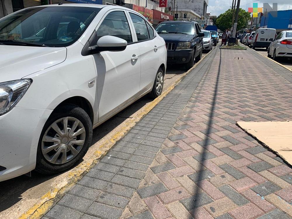 Conductores dicen desconocer prohibición de estacionarse junto a camellón en primer cuadro de Coatzacoalcos