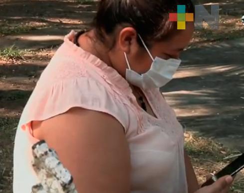 Además de atender a enfermos de COVID-19, a distancia apoya a su hija con sus estudios