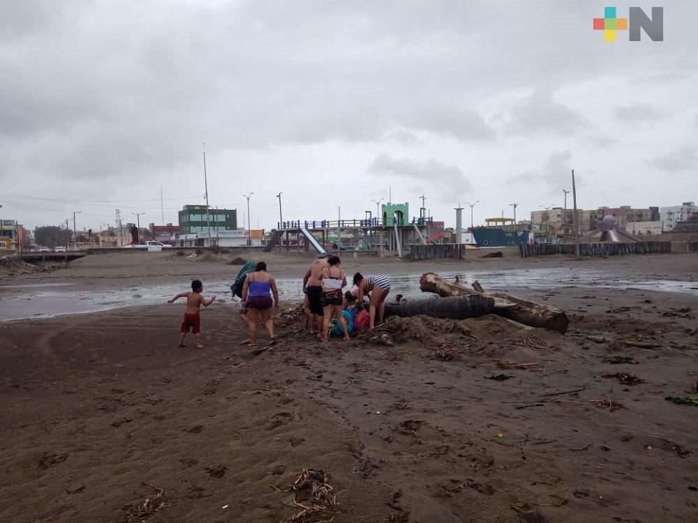 PC y bomberos retiran a familia que nadaba en playa de Coatzacoalcos