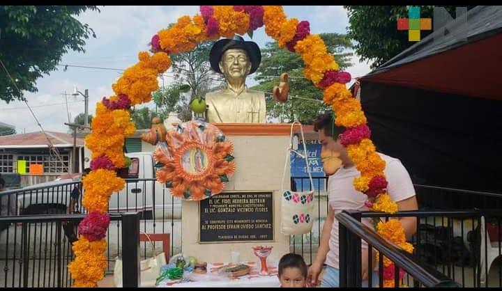 Busto del maestro Efraín Oviedo debe permanecer en parque de Chicontepec, consideran