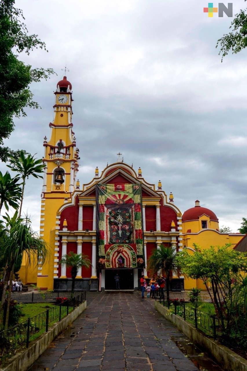 Arco floral fue impreso en lona, en Coatepec