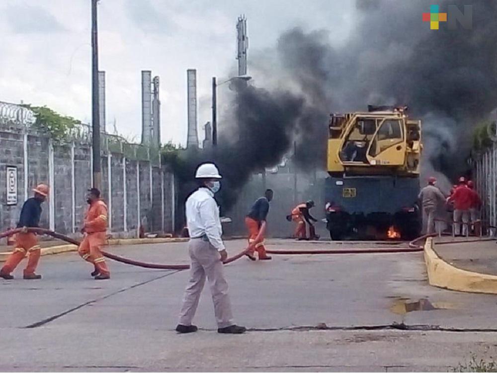 Incendio de grúa en  Coatzacoalcos generó movilización de corporaciones de emergencia en región sur