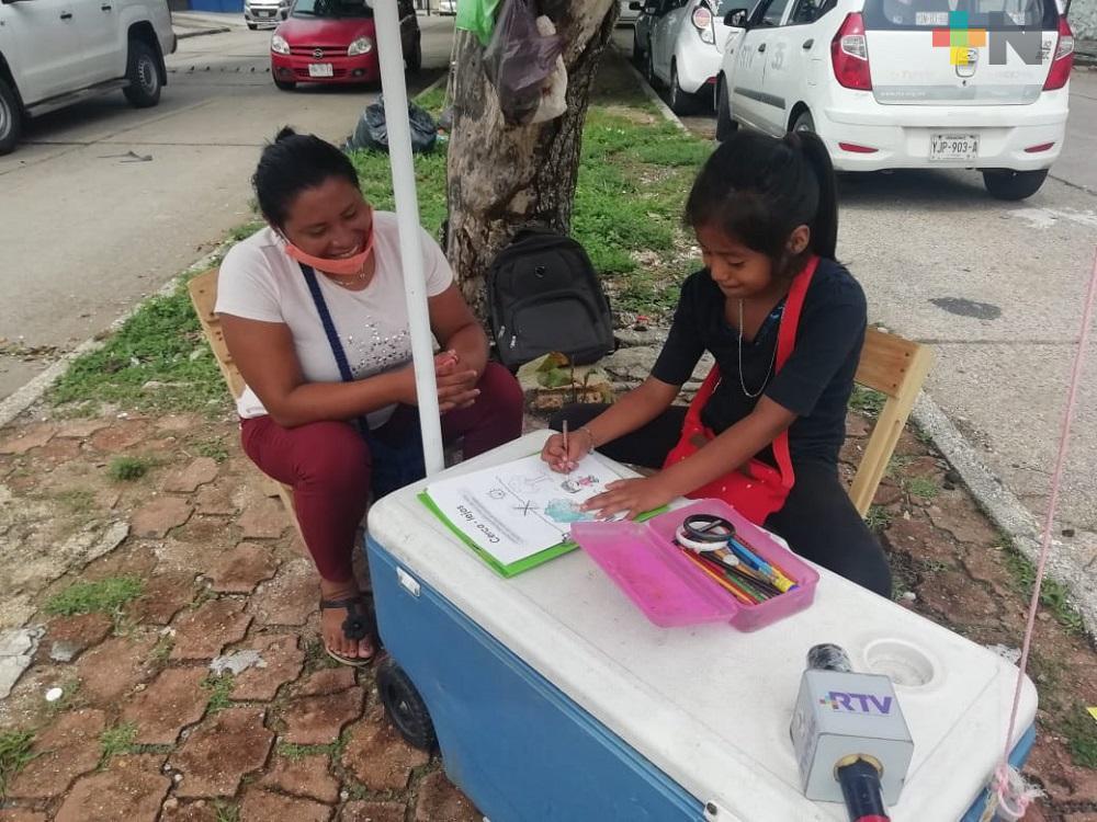 Mientras su mamá vende jugos, menor de edad no quiere dejar de aprender