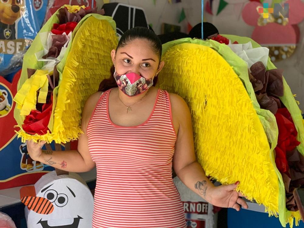 Por pandemia, pareja de comunicólogos elabora piñatas de tacos y cerveza y obtener un ingreso extra