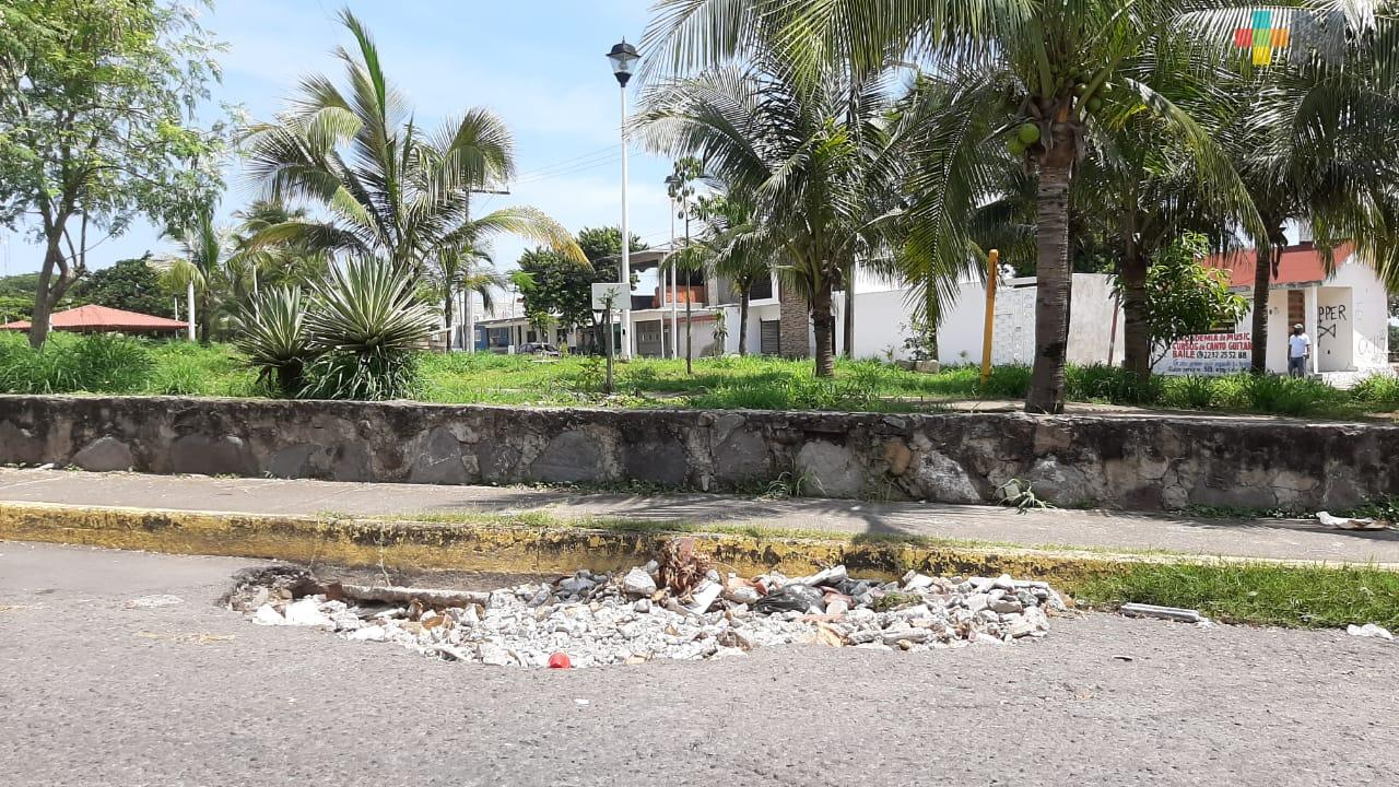 Vecinos de la colonia Vista Mar tapan socavones con escombros y llantas