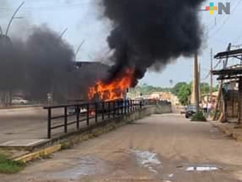 En Cosoleacaque, camioneta se incendia tras impactarse en parte trasera de tráiler