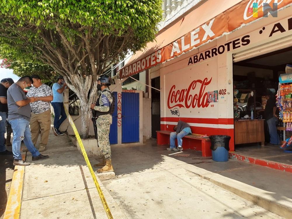 Sentado en banca de tienda de abarrotes, muere persona en condición de calle, en Acayucan