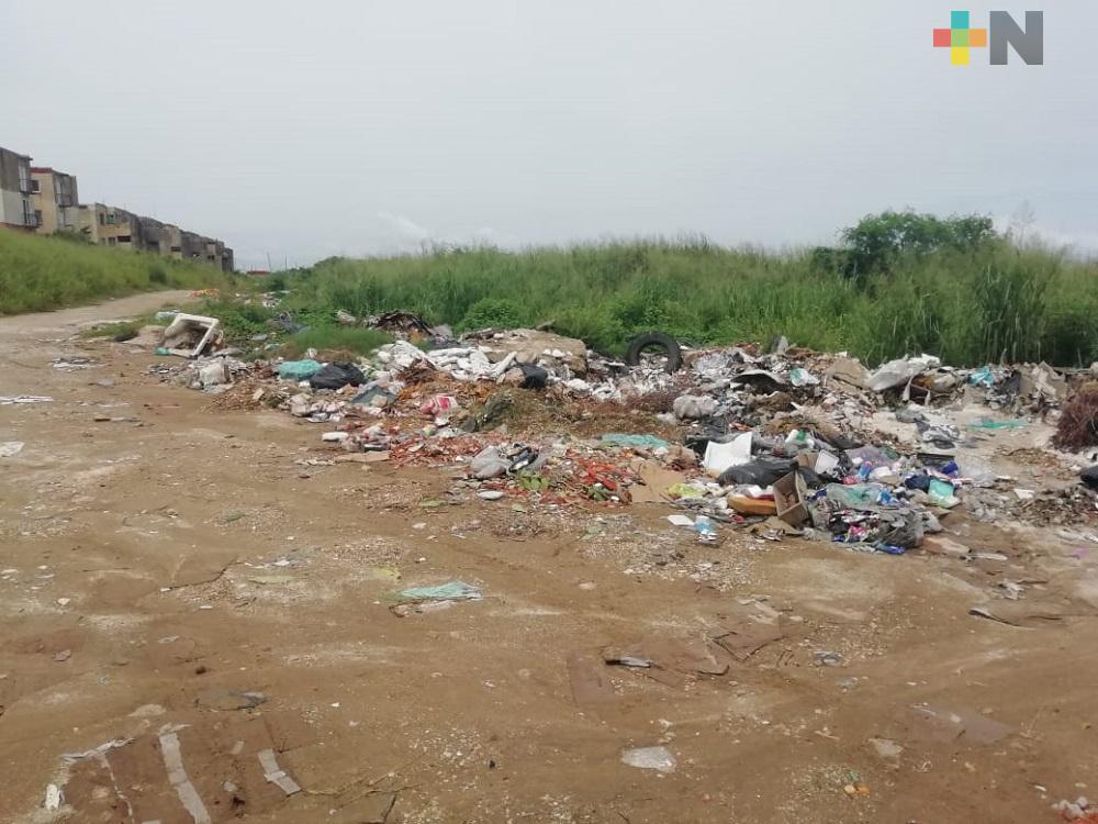 Vecinos de fraccionamiento de Coatzacoalcos denuncian que lote baldío se ha convertido en basurero clandestino