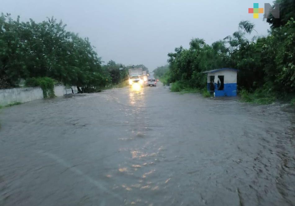 Desbordamiento de ríos inunda tramo carretero de Vega de Alatorre-Nautla