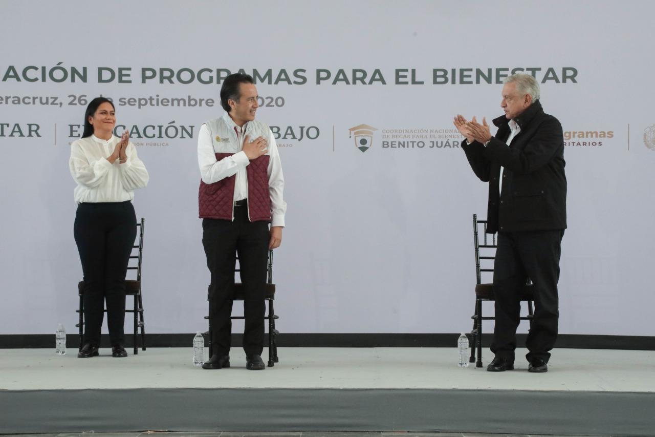 Cuitláhuac García «nos aligera la carga» al gobernar bien Veracruz: AMLO