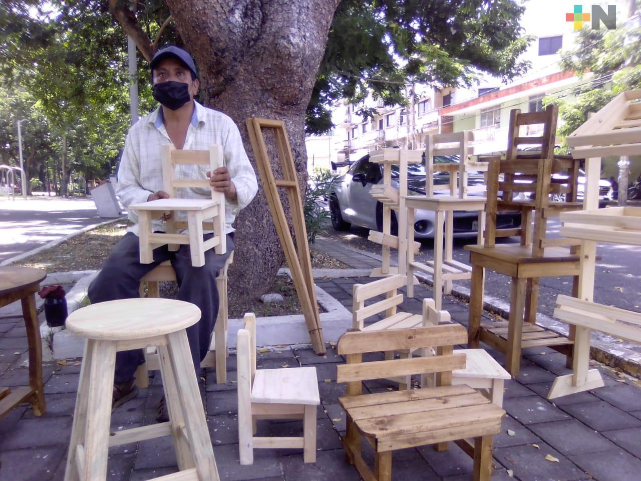 Padres de familia se interesan por muebles de madera para las clases en casa