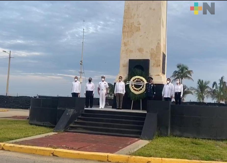 Autoridades locales y federales colocaron ofrenda floral en el monumento a Miguel Hidalgo en Coatzacoalcos