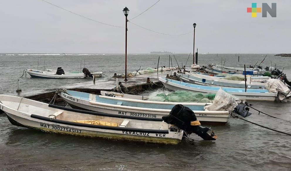 Pescadores resguardan lanchas ante llegada del Frente Frío número 4