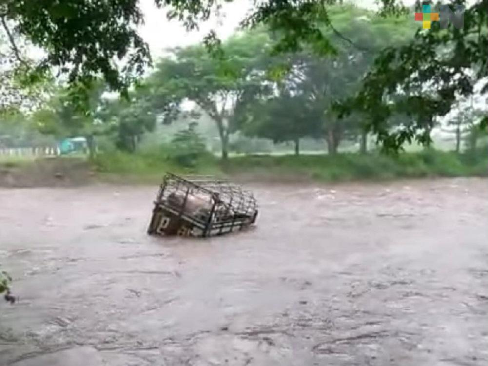 Corriente de río arrastró camioneta cargada de ganado en Catemaco