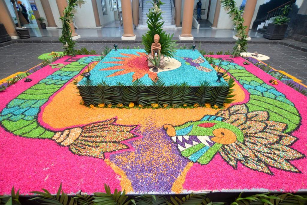 Inauguran en Palacio de Gobierno un altar de muertos prehispánico