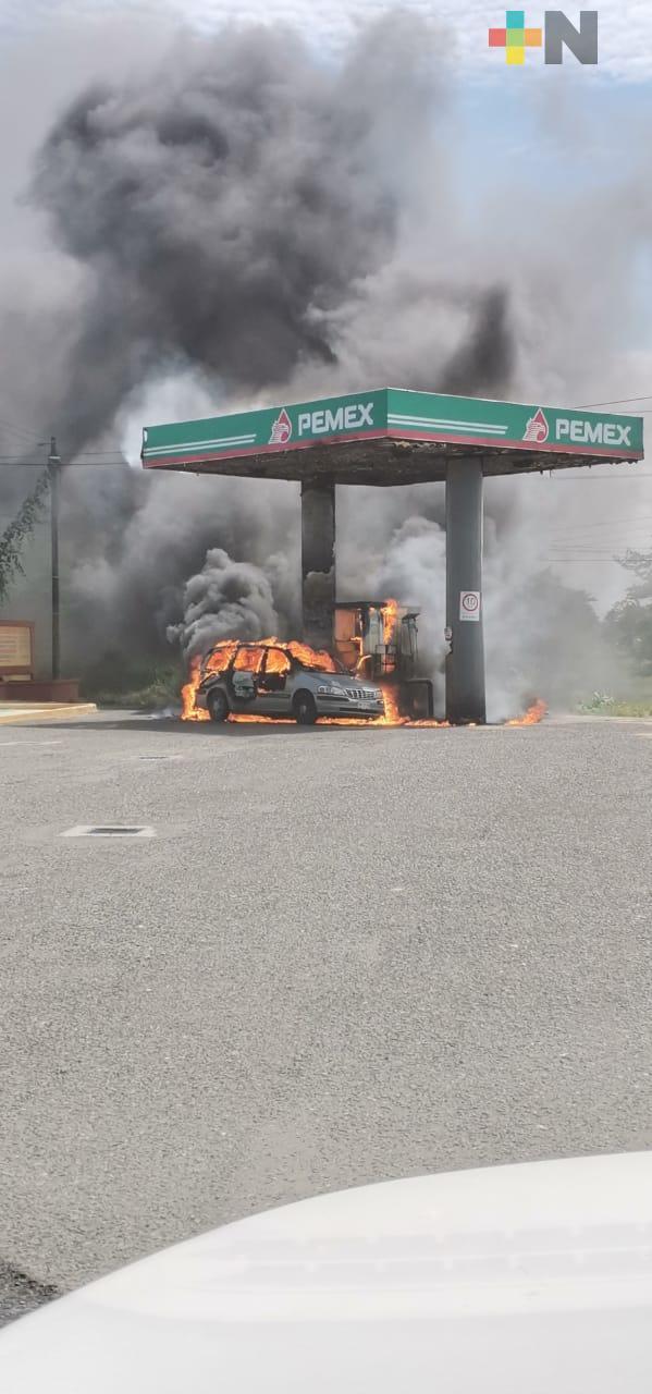 Se incendia vehículo cuando cargaba gasolina