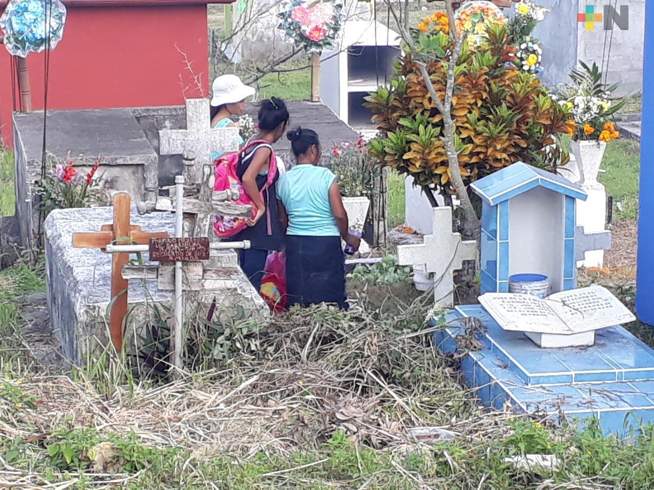 Gran afluencia en panteones de Tuxpan previo a Día de Muertos