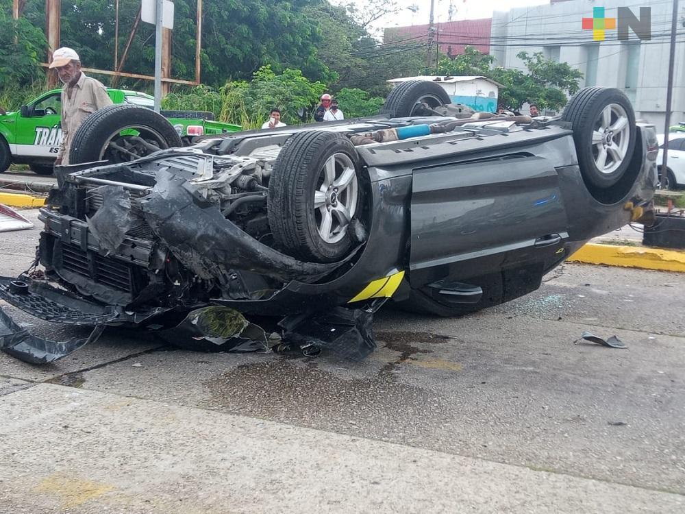 Mustang se impacta contra poste y termina volcado en Coatzacoalcos