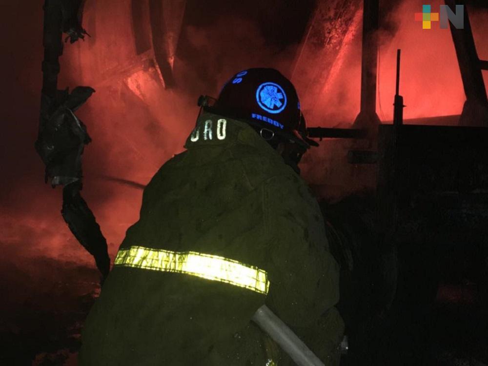 Se registra incendio en estacionamiento de unidades de carga en Cosoleacaque