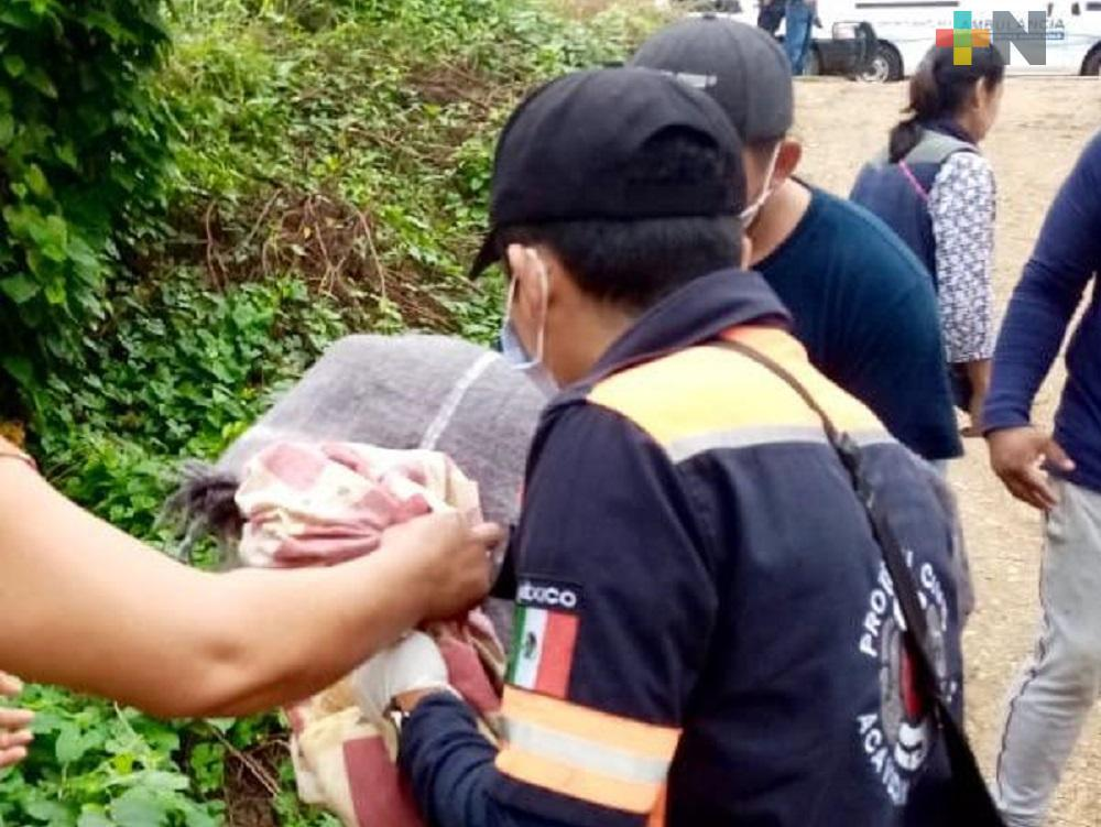 En Acayucan, paramédicos  rescatan a bebé abandonada