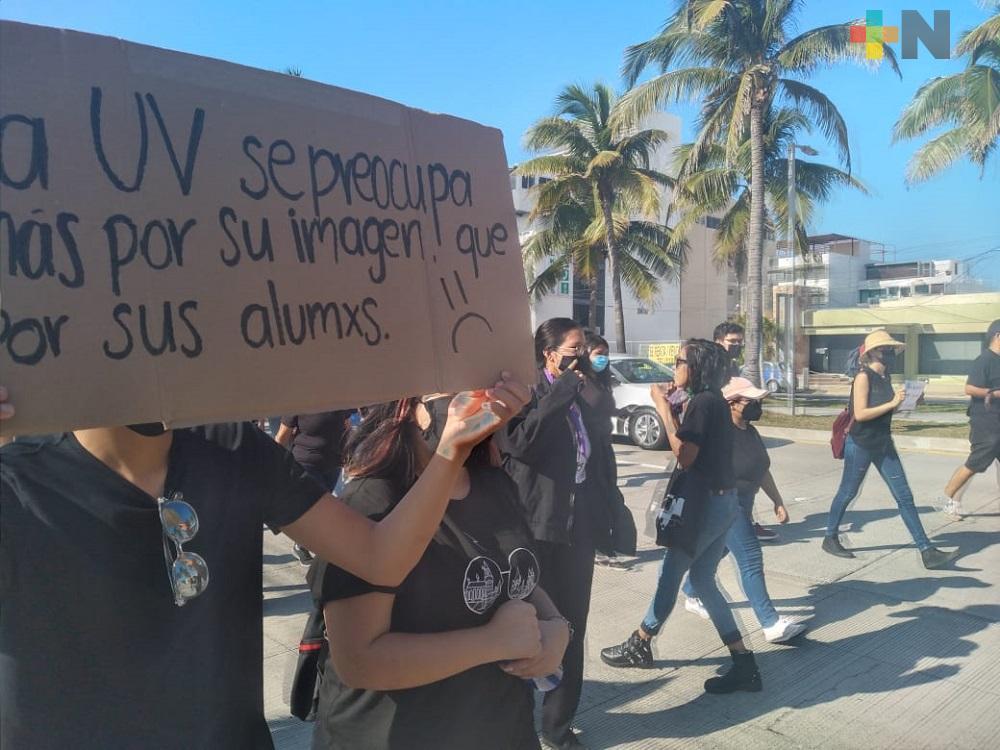 Estudiantes de UV Región Veracruz marchan en protesta por resolución a presunta agresión sexual