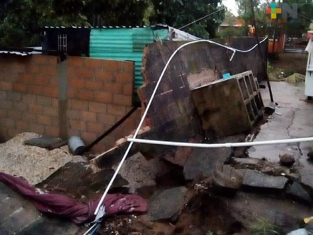 Fuertes lluvias derriban barda, daña vivienda de lámina en Villa Allende