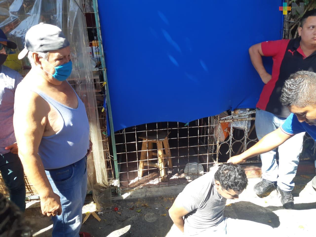 Locatarios del mercado Unidad Veracruzana detuvieron y amarraron a presunto ladrón