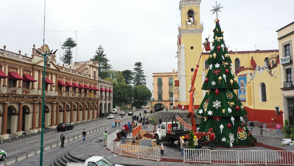 Instalan árbol navideño en Plaza Lerdo