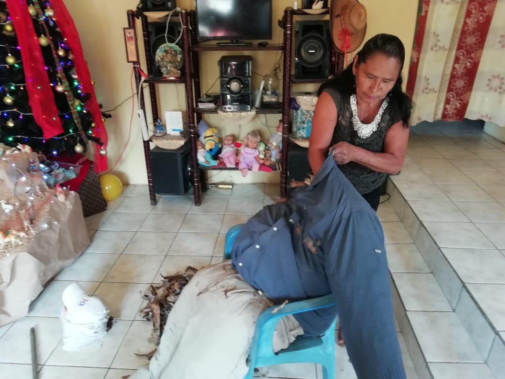 """Se mantiene tradición de quemar """"al viejo"""" en el sur de Veracruz"""