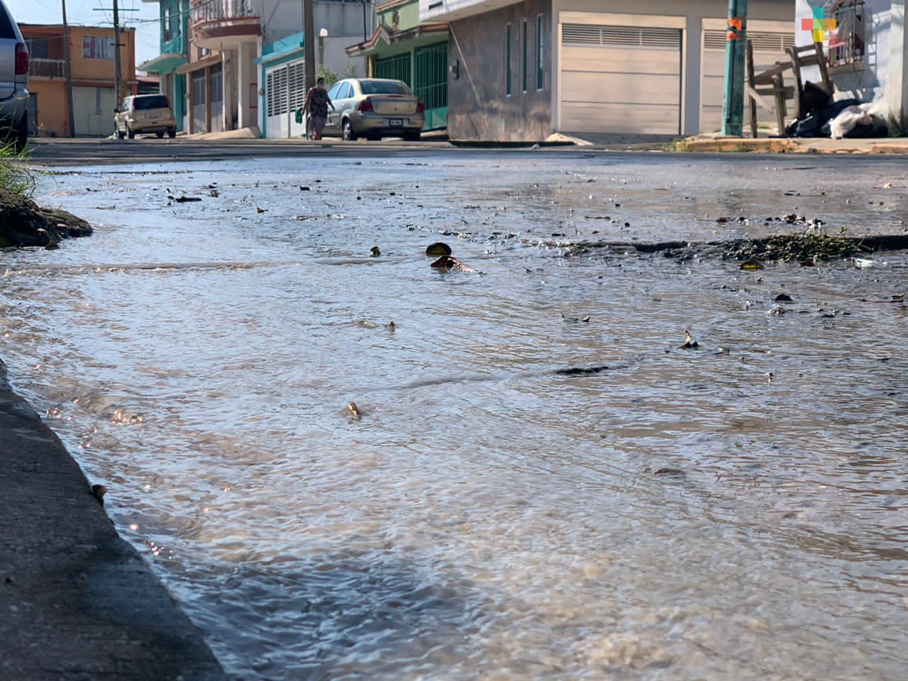 Vecinos de la colonia Santa Isabel de Coatzacoalcos piden reparar fuga de aguas negras