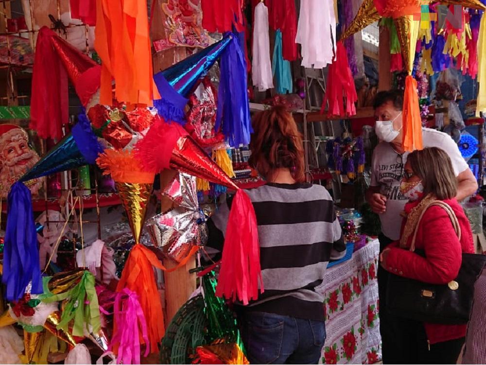 Locatarios de Mercado Coatzacoalcos se instalan en calles para vender productos navideños
