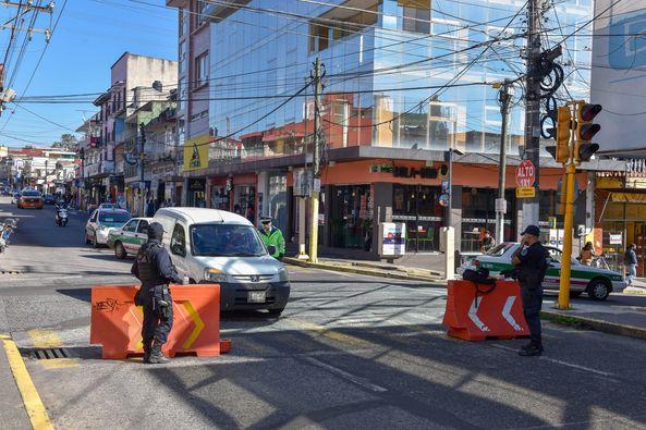 Cierran vialidad al centro de Xalapa para evitar movilidad