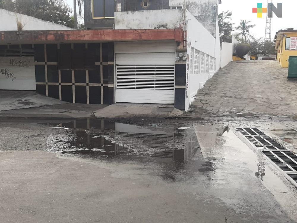 Baches y fugas de agua en colonias del municipio de Veracruz, riesgo para peatones y automovilistas