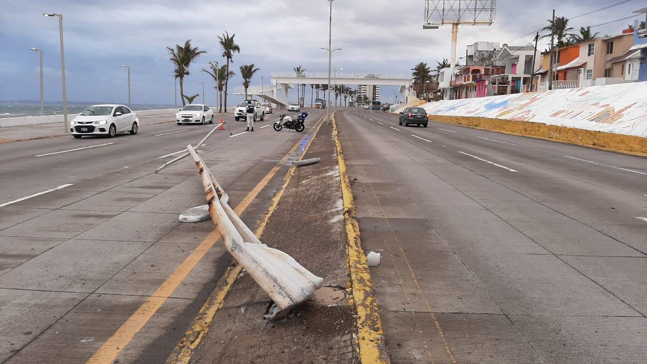Exceso de velocidad provocó que coche chocara con luminaria en Boca del Río