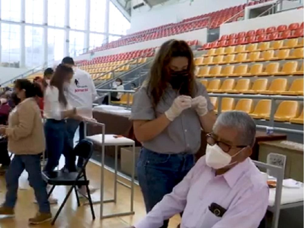 DIF Estatal entrega auxiliares auditivos a personas que más lo necesitan