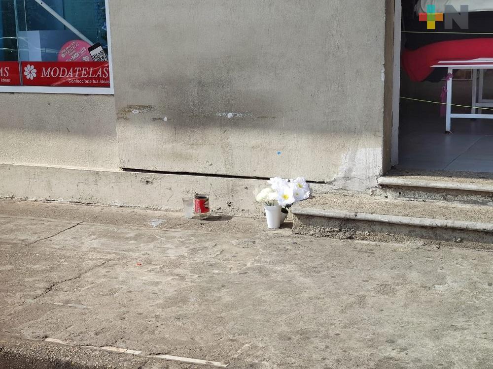 En Coatzacoalcos, clientes y compañeros despiden con flores y veladoras a vendedora de hot cakes