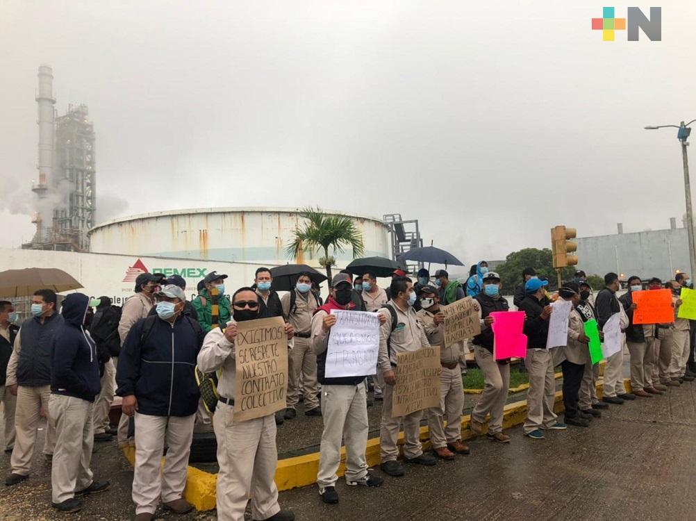 En Coatzacoalcos, trabajadores petroleros transitorios exigen respeto al contrato colectivo