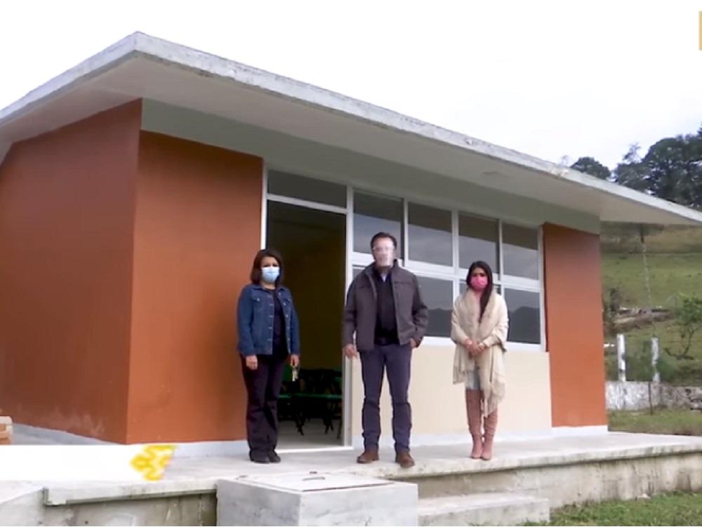 Entrega gobernador Cuitláhuac García dos escuelas en Zacualpan