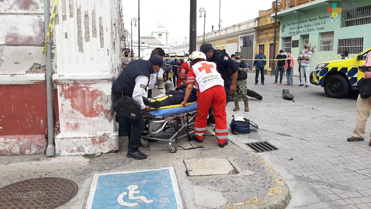 Camión urbano embiste a motociclista en Centro Histórico de Veracruz